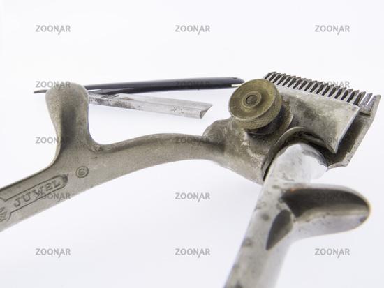 Alte Haarschneidemaschine mit Rasiermesser