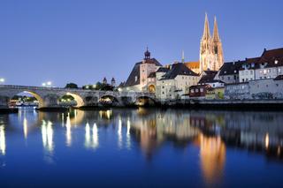 Altstadt von Regensburg mit Dom und steinerne Brücke über die Donau