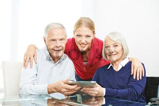 Familie mit Senioren und Tablet Computer