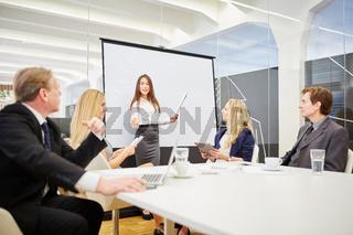 Frau in einem Seminar hält Vortrag