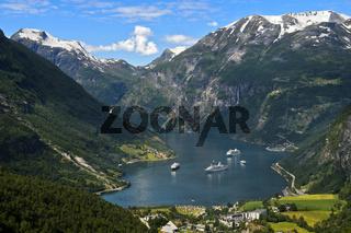 Kreuzfahrtschiffe im UNESCO-Weltnaturerbe Geirangerfjord, Norwegen