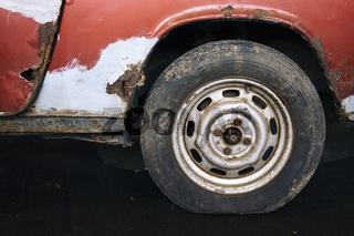 Detailansicht von einem schrottreifen Auto