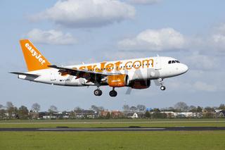 Flughafen Amsterdam Schiphol - Airbus A319 von EasyJet landet