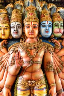 religiöse Statuen in einem Tempel in Sri Lanka