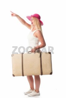 mädchen trägt einen reisekoffer und zeigt
