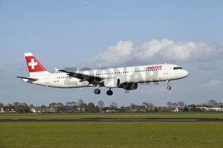 Flughafen Amsterdam Schiphol - A321 von Swiss landet