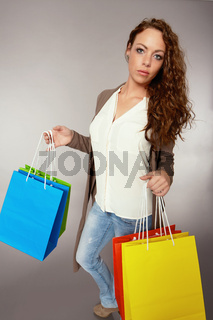 Frau hat Spass am Kaufrausch