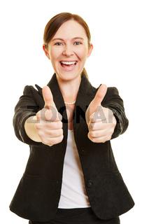 Erfolgreiche Geschäftsfrau hält beide Daumen hoch