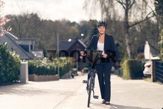 Geschäftsfrau mit Fahrrad