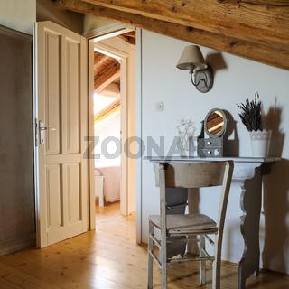 Altes Zimmer mit Schreibtisch und Sessel