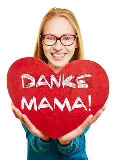 Frau hält rotes Herz zum Muttertag