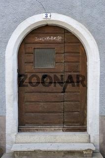 Alte Haustüre in der Altstadt von Staufen