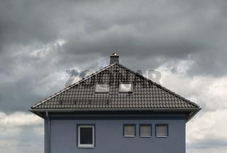 Wolken ueber dem Dach