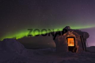 verschneite Huette mit Nordlicht, Dundret Naturreservat, Lappland