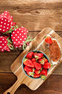 Brot mit Butter und hausgemachter Erdbeermarmelade