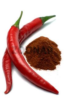 Chilischoten und Chilipulver vor Weiß