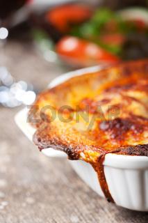 frische Lasagne in einer Auflaufform