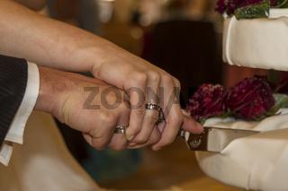 Hochzeitsanstecker mit Hand der Braut