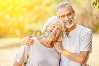 Paar Senioren im Sommer im Garten