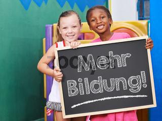 Zwei Kinder fordern mehr Bildung