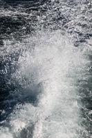 Wasser hinter einem Schiff