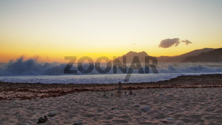 Brandungswelle im Abendrot am Strand von Porto - Korsika