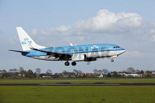 Flughafen Amsterdam Schiphol - Boeing 737 von KLM landet