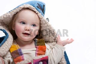 Kleinkind mit Wintermantel und Kapuze