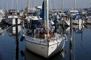 Rentnerehepaar im Hafen