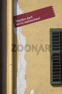 Hebungsrisse an einer Hausfassade aufgrund von Geothermiebohrungen in der Altstadt von Staufen