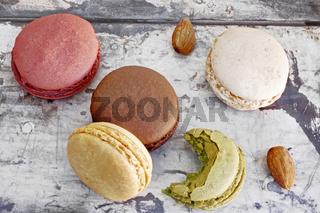 bunte Macarons auf Holztisch