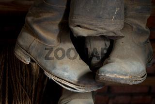 Alte Stiefel auf einem Dachboden