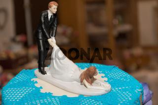 lustiges Brautpaar auf einer Hochzeitstorte