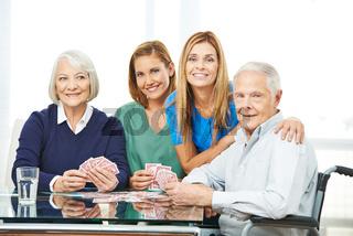 Gruppe mit Senioren beim Karten spielen