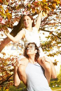 Junges Paar romantisch unter dem Kirschbluetenbaum