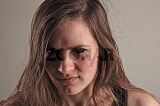 Junge Frau ist wütend