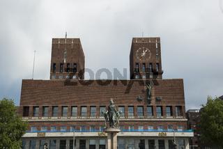 Rathaus in Oslo in der Dämmerung