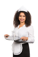 Dienstmädchen serviert ein Glas Wasser