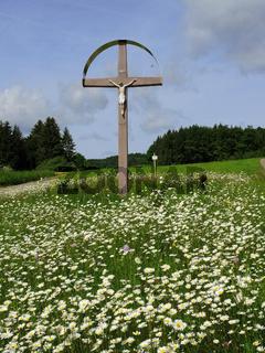 Wegkreuz; Feldkreuz; Christusfigur; Blumenwiese; Margeriten;