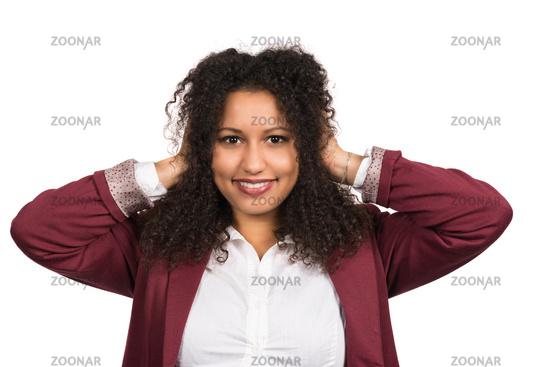 Lächelnde Frau hält ihre Hände an die Ohren
