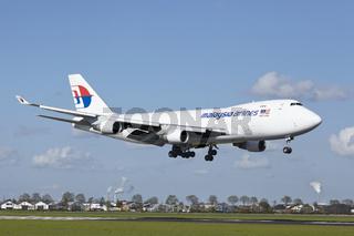 Flughafen Amsterdam Schiphol - Boeing 747 von MAS-Cargo landet