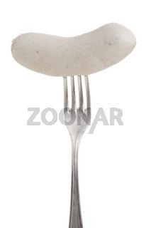 Bayerische Weißwurst auf einer silbernen Gabel