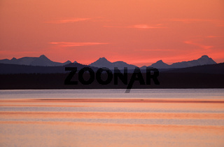 Mitternachtssonne ueber den Gipfeln des Sarek-Nationalpark / Mountain range of the Sarek National Park in midnight sun / Sarek-Nationalpark  -  Norrbotten