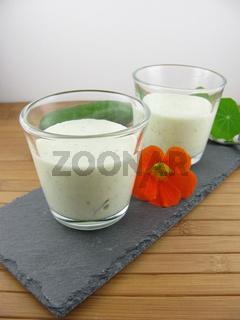 Kalte Gurkensuppe im Glas