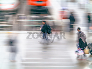 Eiliger Mann durchquert den Bahnhof