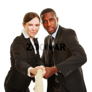 Frau und Mann ziehen an einem Strang