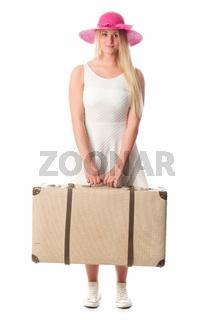 blondes mädchen trägt einen reisekoffer