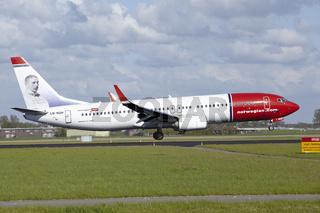 Flughafen Amsterdam Schiphol - Boeing 737 von Norwegian landet