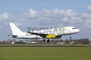 Flughafen Amsterdam Schiphol - Airbus A320 von Vueling landet