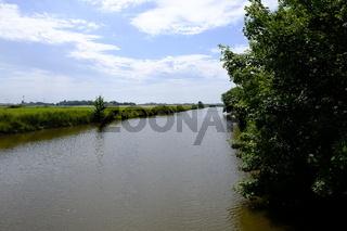 Neuharlingersiel mit Hafen, Strand und historischen Ortskern, Ostfriesland, Niedersachsen, Deutschland